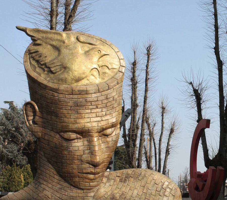 Giardino delle sculture con opera di F. Scepi