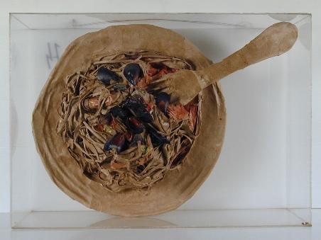 fig5_rosapanaroreliquiarumspaghettiallecozze_1974_cartapestaeconchiglie_cm72x52x23